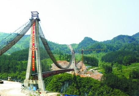 为大跨度钢结构桥面桁架悬索桥