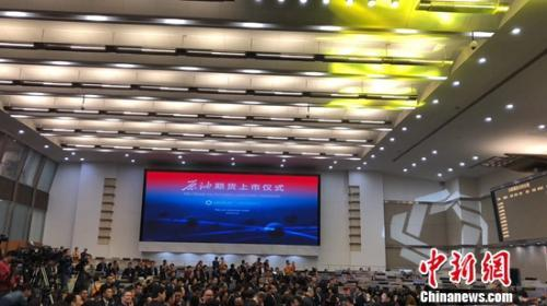 原油期货是中国商品期货第一个全球上市的品种。图为上市仪式现场。曹卉 摄